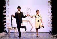 Un pas de deux léger et dynamique entre Erik Satie et Anna au Théâtre de la Contrescarpe
