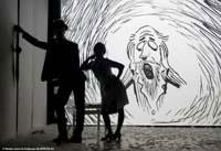 Erik Satie et Anna à contre-jour dans Erik Satie au Théâtre de la Contrescarpe